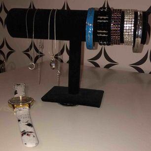 Allt på bilden dvs både smycken och smyckeställ tsm säljs för 100kr. Bara smyckesställ säljs för 50. Armband går för 15 och halsband för 20. Klockan kan vara en fin present till nått mindre syskon så den tillkommer gratis om man köper nått 😊
