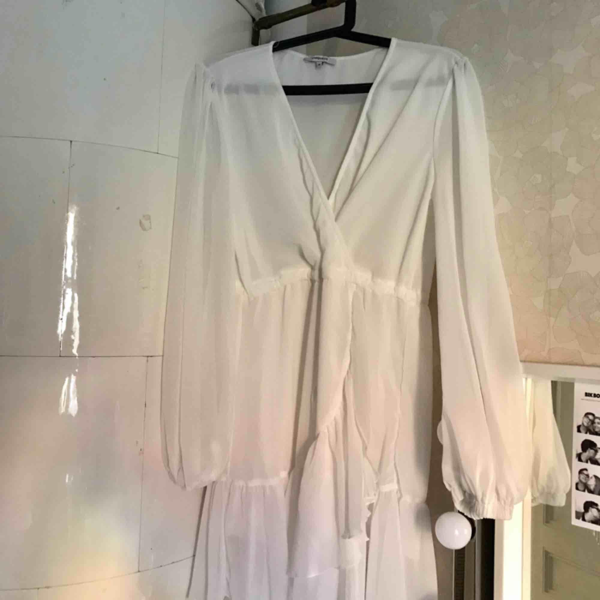Säljer min jättefina, oanvända vita klänning från Chiquelle! Den passar perfekt till skolavslutning/student eller midsommar 💕 Den har ett genomskinligt tyg och ett snöre runt midjan. Klänningar.