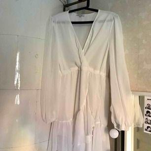 Säljer min jättefina, oanvända vita klänning från Chiquelle! Den passar perfekt till skolavslutning/student eller midsommar 💕 Den har ett genomskinligt tyg och ett snöre runt midjan