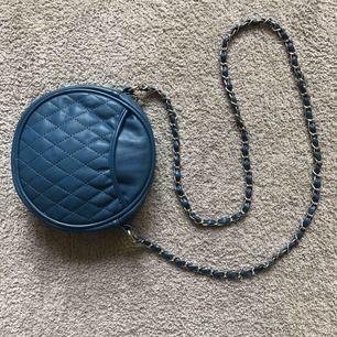 Liten rund kedjeväska i dusty blå färg💙 Frakt tillkommer-42kr