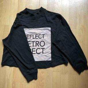En kortare tröja från Monki!  Inte i det bästa skicket men ser ändå bra ut!