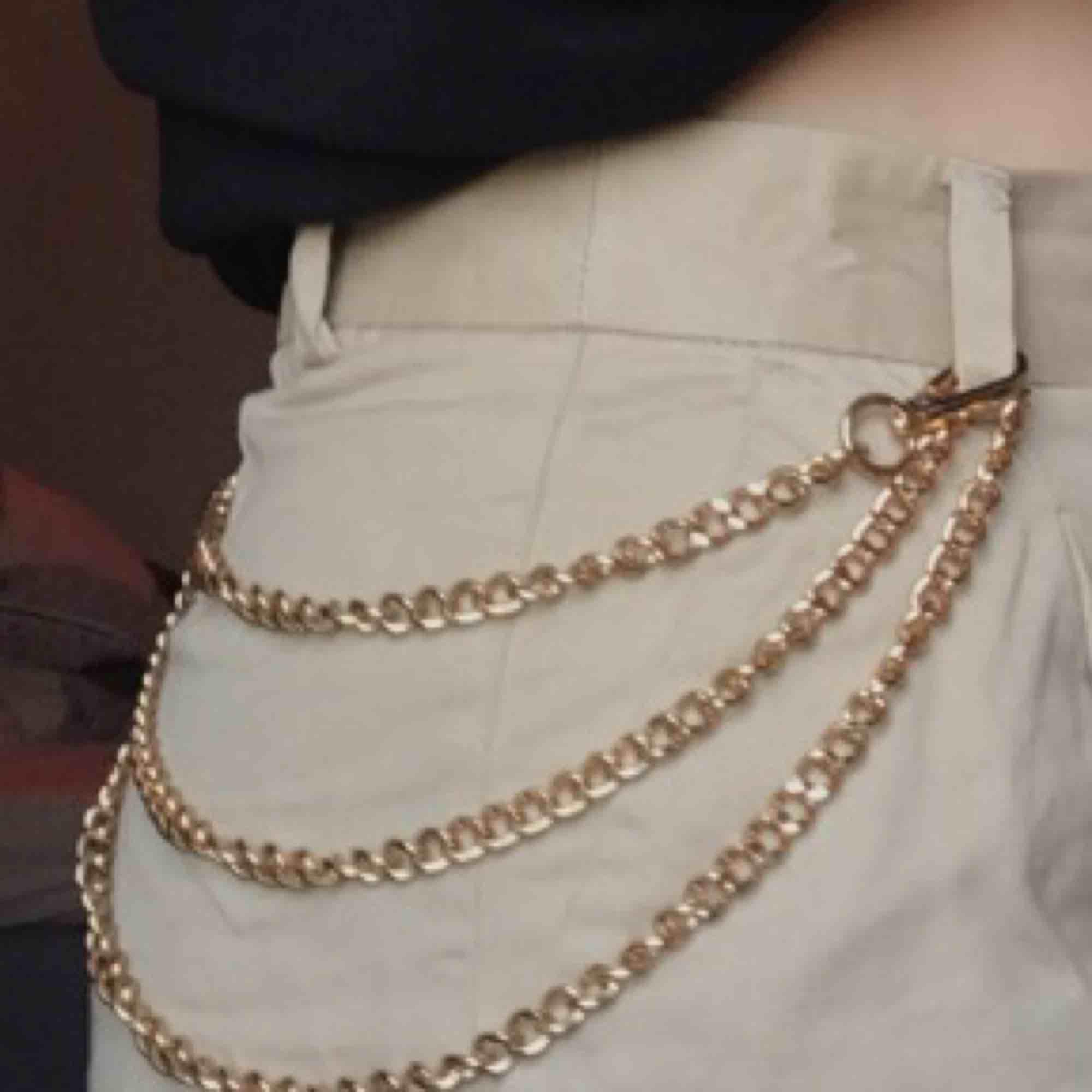 asball kedja, köpt secondhand !! snygg att ha på byxorna eller som ett vanligt halsband, den är 120 cm lång, alltså ganska lång, aldrig använd⛓😮. Accessoarer.