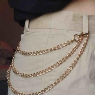 asball kedja, köpt secondhand !! snygg att ha på byxorna eller som ett vanligt halsband, den är 120 cm lång, alltså ganska lång, aldrig använd⛓😮