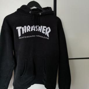 Äkta svart thrasher hoodie i strl S, skulle nog även passa M. Jättefint skick!