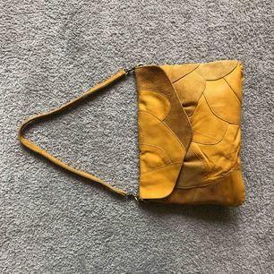 Mustard 💛 clutch i vintage stil. Går att klicka bort axelbandet och använda som clutch också. Väskan är i 100% skinn. Frakt tillkommer. Väskan är helt ny men stilen är vintage. Köptes på accent för nått år sedan men kom aldrig till användning.