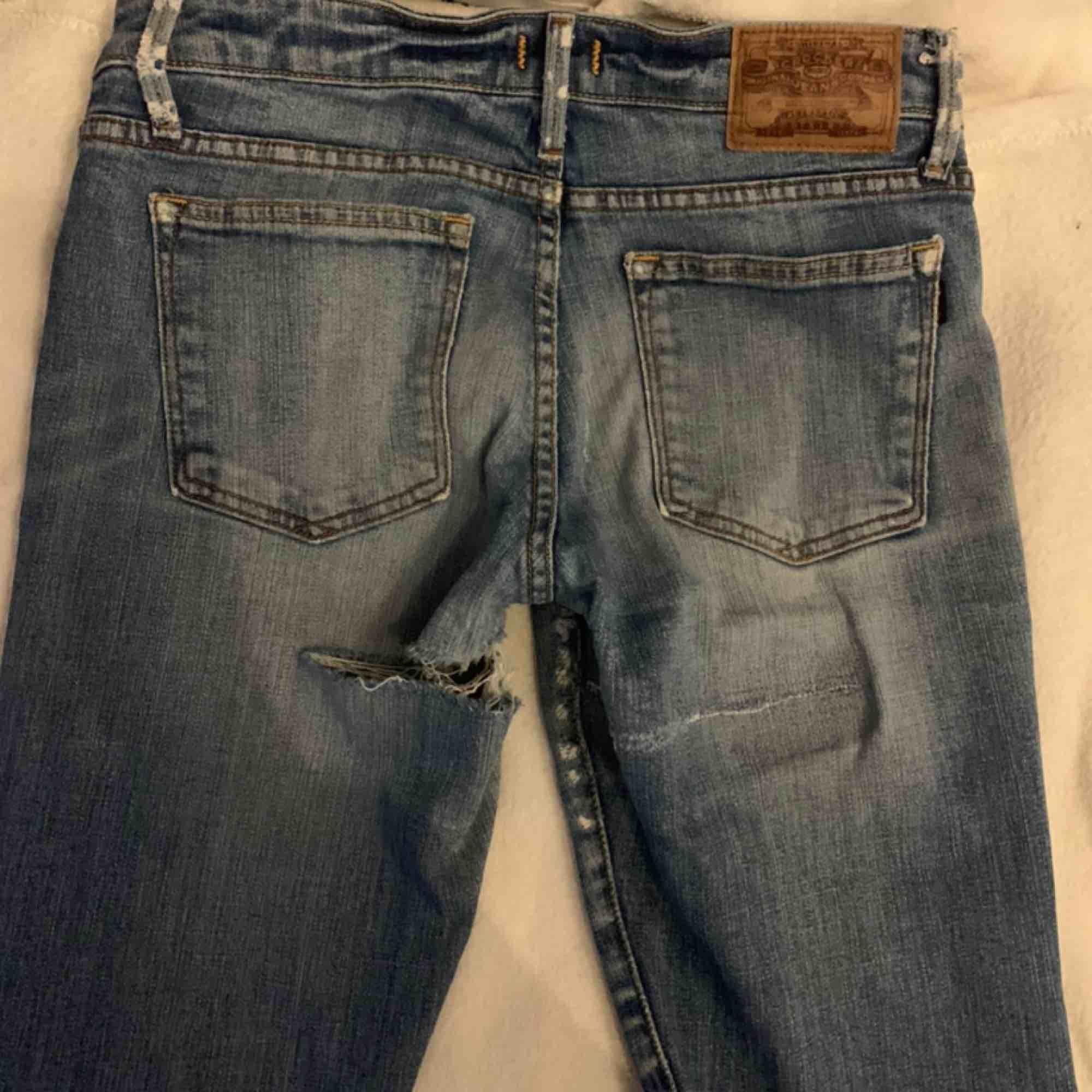 Jeans från crocker, tyvärr lite slitna i bak men sitter jätte fint på, de är ganska raka i modellen, frakten tillkommer. Jeans & Byxor.