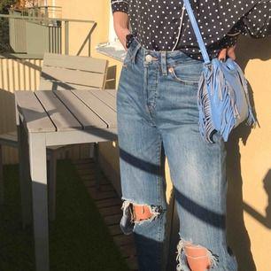 """sjukt snygga """"mom jeans"""" med hål på knäna, storlek XS/S passar mig som har 25 i midjan oftast, bara testade🤩 frakt: 50 kr, kan mötas i sthlm🤩"""