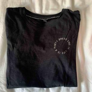 Helsvart t-shirt från ONLY, väldigt skönt material!