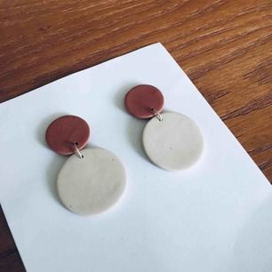 Handgjorda örhängen i lera. Går även att få med guldiga detaljer och öronstift ingår självklart, (ej fastlimmade på bilderna ännu).  Nickelfria Frakt 9 kr🌱