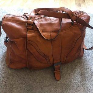 Stor weekend bag i 100% skinn. Konjaksbrun i vintage stil. Väskan är helt ny.