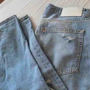 Ripped low boyfriend jeans from hm, storlek 28/M men passar mig som är S om man använder skärp. Använd uumgefär 2 gånger❤️