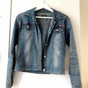 Blå jeansjacka som jag tyvärr verkligen inte kommer ihåg vart den är ifrån (osäker på om jag själv köpt den eller om jag fått den av någon släkting eller liknande) Använd en hel del. Storlek står ej men skulle säga XS/S, 50kr. Frakt tillkommer på 63kr.
