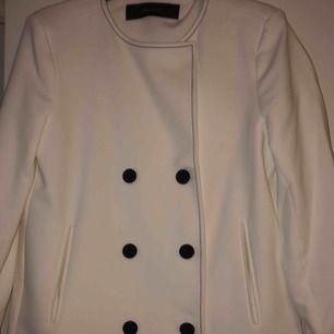Säljer en oanvänd jacka ifrån Zara storlek M  Knä lång kappa som är figur nära svårt att gå med på bild  Kan skickas