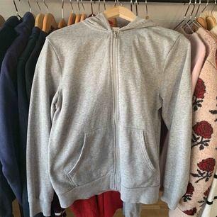Mysig zip up hoodie🌸 lite oversized på mig som är 166, bra skick. Perfekt för hösten!🍂 inkl frakt