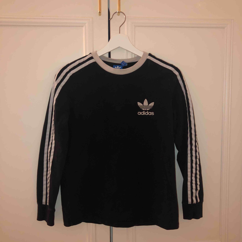 Snygg Adidas tröja som är sparsamt använd. Säljer då den inte kommer till användning längre. Köparen betalar frakt🖤. Huvtröjor & Träningströjor.