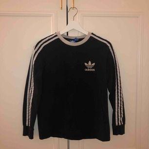 Snygg Adidas tröja som är sparsamt använd. Säljer då den inte kommer till användning längre. Köparen betalar frakt🖤