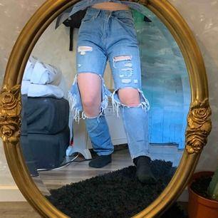 Säljer dessa ripped jeansen från river island. Säljes för 190kr + frakt