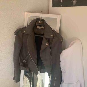 Jag säljer min mocka-jacka från Zara pga den är lite för liten för mig. Den är i grå mocka med silver detaljer, superfint skick! Knappt använd. Köpare står för frakt! 💜
