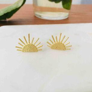Nya örhängen, små solar i mässing ☀️☀️ nickelfria.  Frakt 9 kr