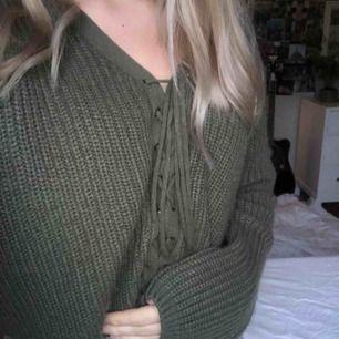 Jättemysig stickad tröja, en aning kort i modellen. Passar en XS-S. Säljer då den tyvärr inte kommer till användning. Lite nopprig men i övrigt fint skick! Frakt tillkommer🧚🏼♂️