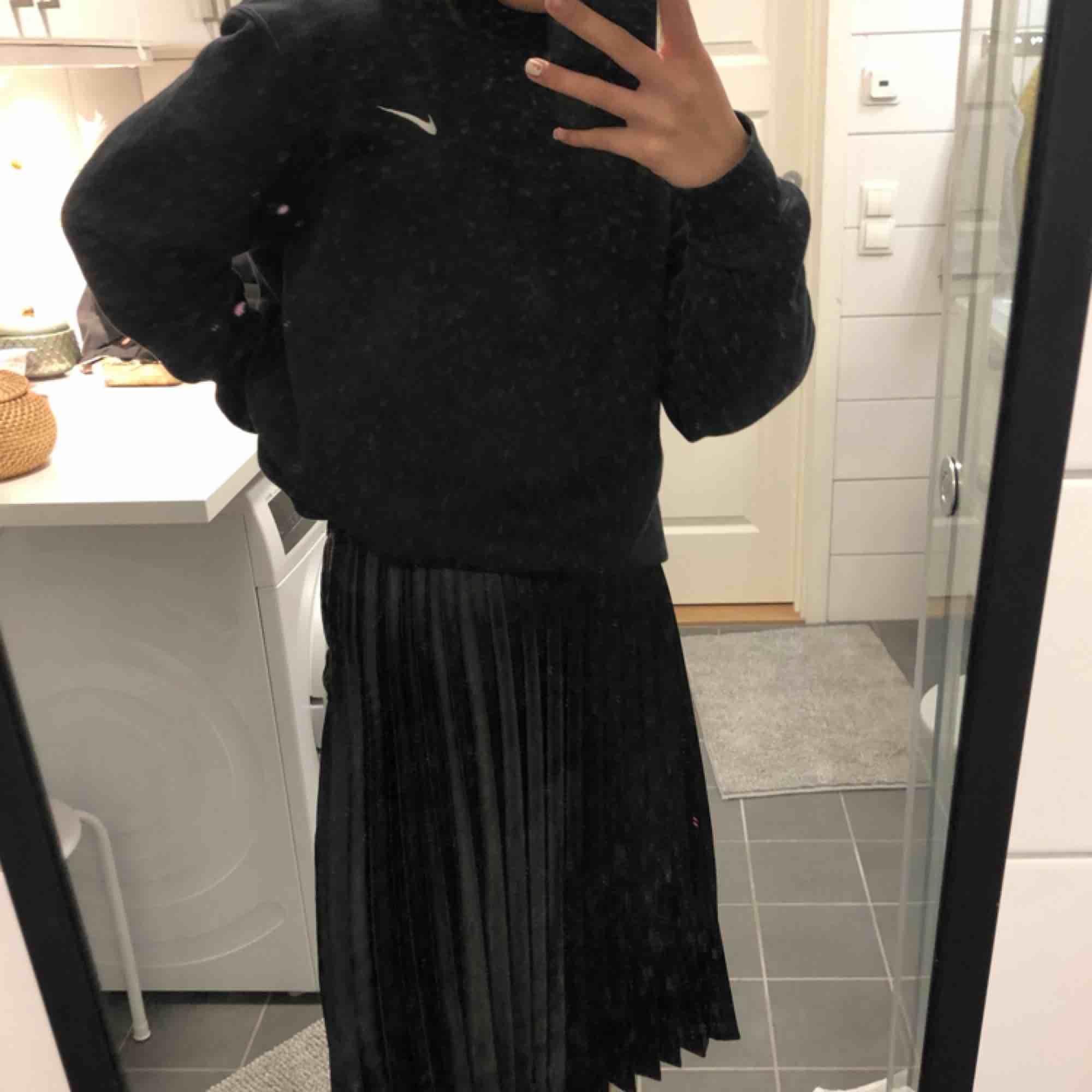 snygg plisserad kjol köpt på resa i turkiet för några år sedan🦋 frakt ligger på 40kr💌. Kjolar.