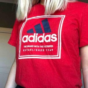 T-shirt från adidas, herrmodell och halvt oversize på mig som normalt är en M/38. Frakt tillkommer! 🥰