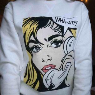Snygg sweatshirt köpt på primark i London. Storlek 2xs men skulle säga att den passar en XS-S. Säljer då den används alldeles för lite. En aning nopprig men i övrigt väldigt fint skick då den knappt är använd! Frakt tillkommer💫
