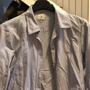 Säljer en nästan ny skjorta från boomerang. Säljer eftersom att det inte längre är min stil. Inget slitage. Tvättad 1 gång. Använd typ 2 ggr max.
