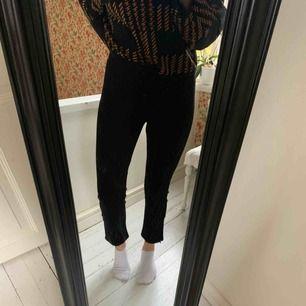 Hej! Säljer nu mina Carin Wester byxor. Dom är sparsamt använda och i väldigt fint skick! Köpte dom förra året men har aldrig använt dom. Säljer dessa för 75 kr men frakten tillkommer!