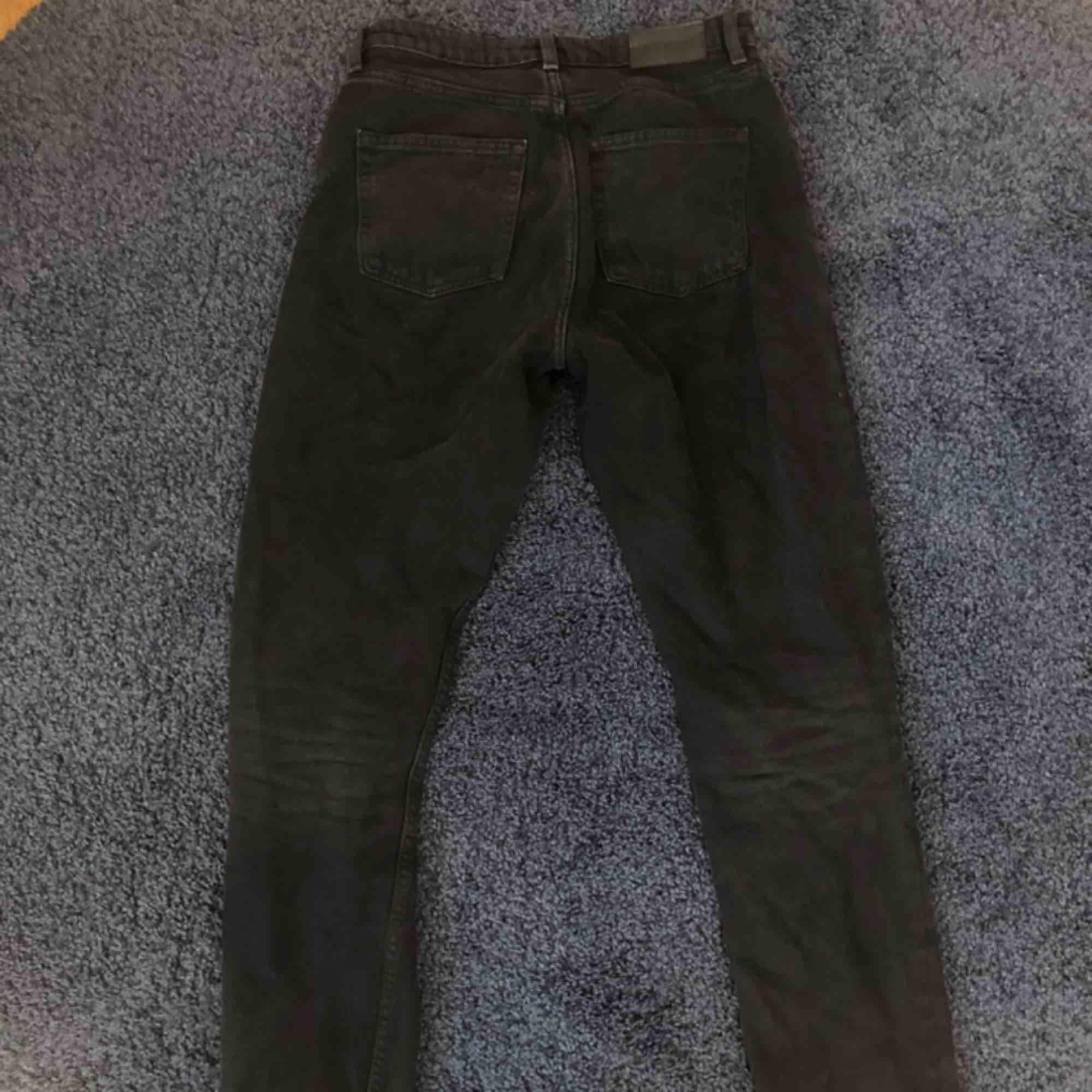 Svarta mom jeans från MONKI. Jättesnygga men kommer aldrig till användning då jag köpt nya liknande 🌟. Kan mötas upp i Kalmar, frakt ingår inte i priset 🥰. Jeans & Byxor.