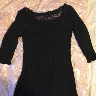 Magisk cocktailkkkläning. Med fin spetsdetalj i ryggen! Kommer aldrig till använd, därför den säljs!