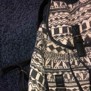 Cool ryggsäck från Claires! Säljer för att den inte kommer till användning längre. Lite sliten på banden som man stänger väskan med men detta är inget man ser när den är stängd ✨. Möts upp i Kalmar eller så ingår frakten i priset 💓