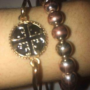 Fint armband (det svart/guldiga till vänster)🥰