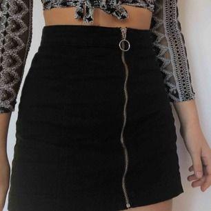 Måste tyvärr sälja min älskade kjol då jag växt ur den. Sjukt fin och matchar med allt.