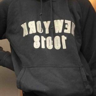 Denna coola tröja är köpt på second hand aldrig använd! Väldigt liten i storleken så den är väll en S!❤️ möts upp i Karlskrona eller fraktar jag 50kr + frakt