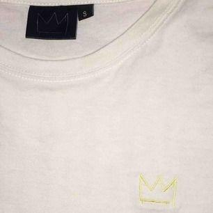 Köpte denna tröjan när hov1 spelade i Karlskrona för 2 år sedan inte använd sen dess! Köpte den då frö 299kr men säljer för 100kr. Möts upp i Karlskrona eller fraktar jag  100kr + frakt