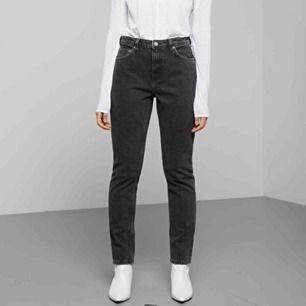 Snygga svarta jeans från weekday i modellen Seattle, som tyvärr inte längre kommer till användning!! Köparen står för fraktkostnad💕💕