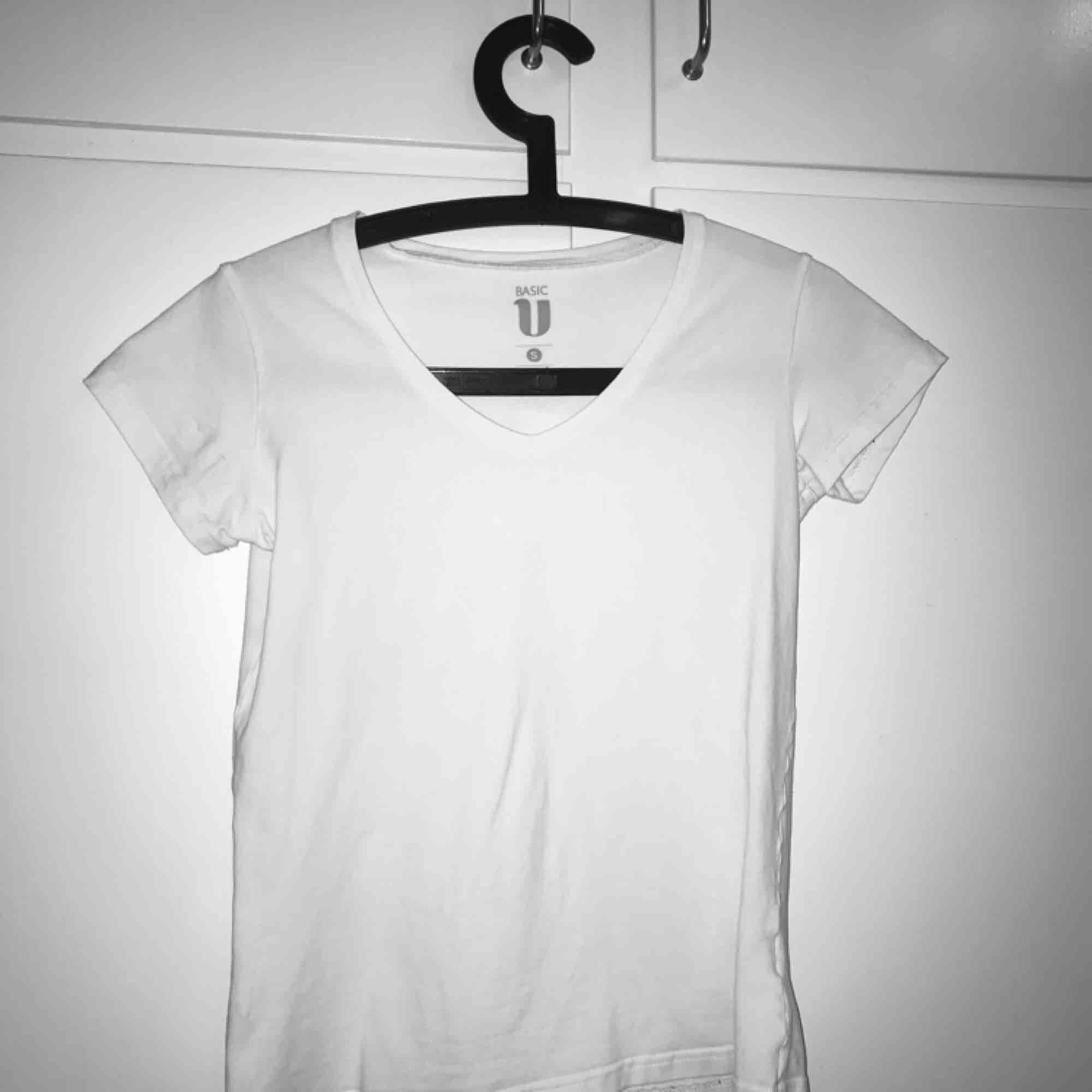 Vanlig vit t-shirt med v urrigning.. T-shirts.