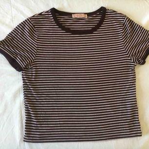 T-shirt från Pull and Bear, i gott skick. Storlek M men passar även XS och S!