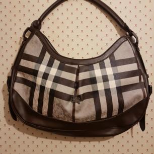 Burberry handväska som nästan ny