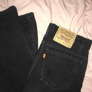 Svarta Levis jeans i superbra kvalitet, dom är knappt använda då dom är för stora för mig. (Förlåt för stökigt rum i sista bilden) Dom är raka i benet och högmidjade💞
