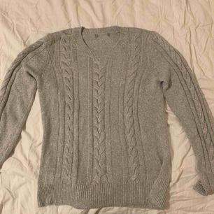 Mysig tunn stickat tröja, relativt lång men går att vika upp som på andra bilden! Osäker på vart den är från men typ H&M.  Har små trådar som sticker ut som syns på tredje bilden. Knappt använd, säljer pga använder aldrig. Köparen står för frakt!