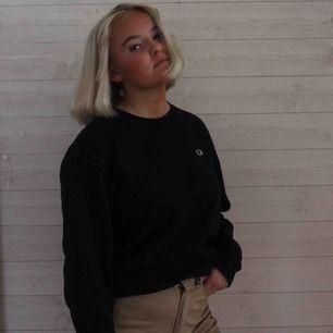 En svart Sweater ifrån märket champion, med loggan på vänster sida. Köparen står för frakten utanför Falun och Borlänge, inom Falun och Borlänge kan vi mötas upp🥰