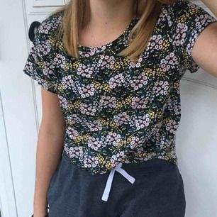 Blommig tröja köpt den H&M. Använd endast 2 gånger!  Är som ny. Nypris: 50kr Priset är diskuterbart vid snabbt köp, köparen står för frakten💕