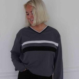 En grå sweater i ribbat tyg med svarta och vita detaljer. Köparen står för frakten utanför Falun och Borlänge, inom Falun och Borlänge kan vi mötas upp🥰