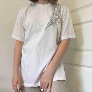 Skitsnygg t-shirt köpt på HUMANA. Säljer då den aldrig används! Den är storlek L men passar mig som brukar ha S/M Priset går att diskutera! Jag kan mötas upp annars står köparen för frakt!