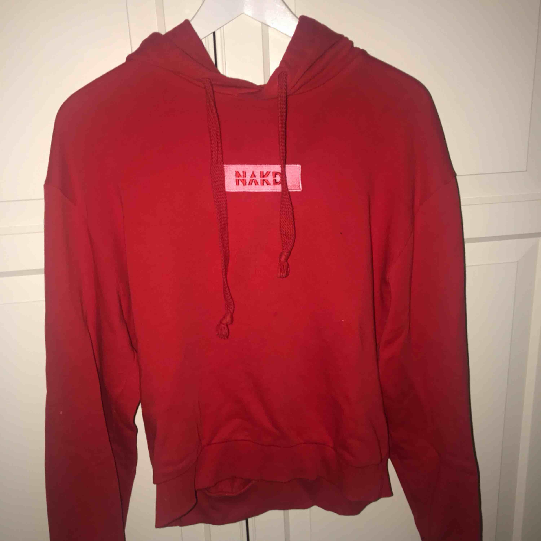 Röd hoodie från nakd i jättebra skick, knappt använd. Storlek S - 150kr!! . Huvtröjor & Träningströjor.