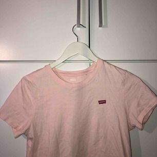 Ljusrosa Levi's t-shirt, knappt använd🥰 Frakten kostar 36kr✨