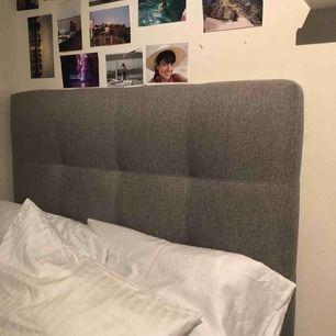 Sänggavel 90cm Hoie sömn ljusgrå, köpt för 2000kr på Jysk men säljer för runt 700kr-800kr men pris kan såklart diskuteras, buda! Kan hämtas i sthlm, finntorp! Had lite nagellacks fläckar men går lätt bort!