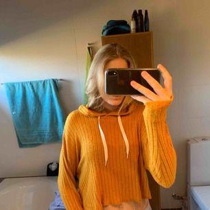 Jättefin fin gul tröja. Den är en som en tunn hoodie, väldigt strechig. Köpt för ca 1 år sedan men aldrig använd. Köparen står för frakten, frakt kostar ca 60 kr